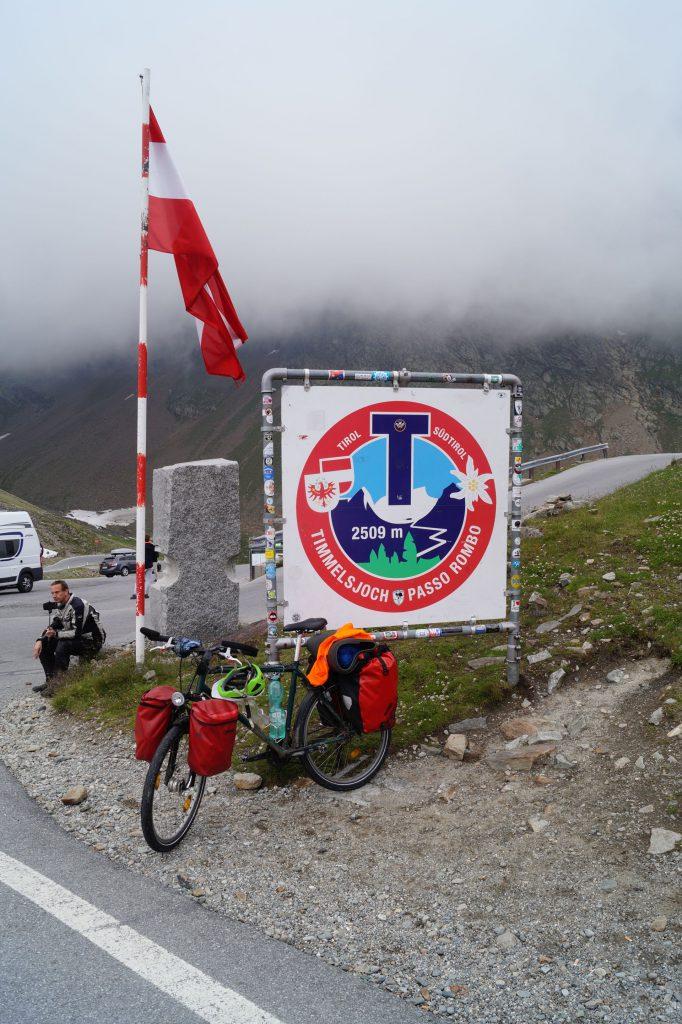 Fahrrad auf der Passhöhe des Timmelsjochs im Nebel
