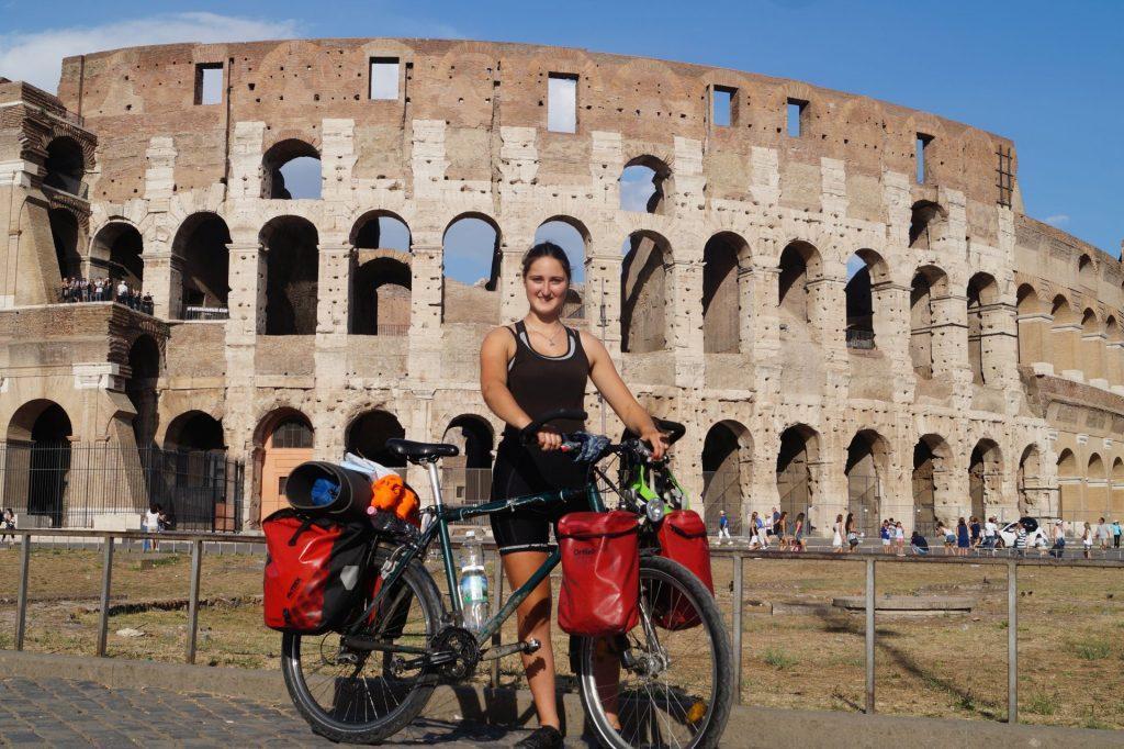 Svea Venus mit Fahrrad am Kolosseum in Rom