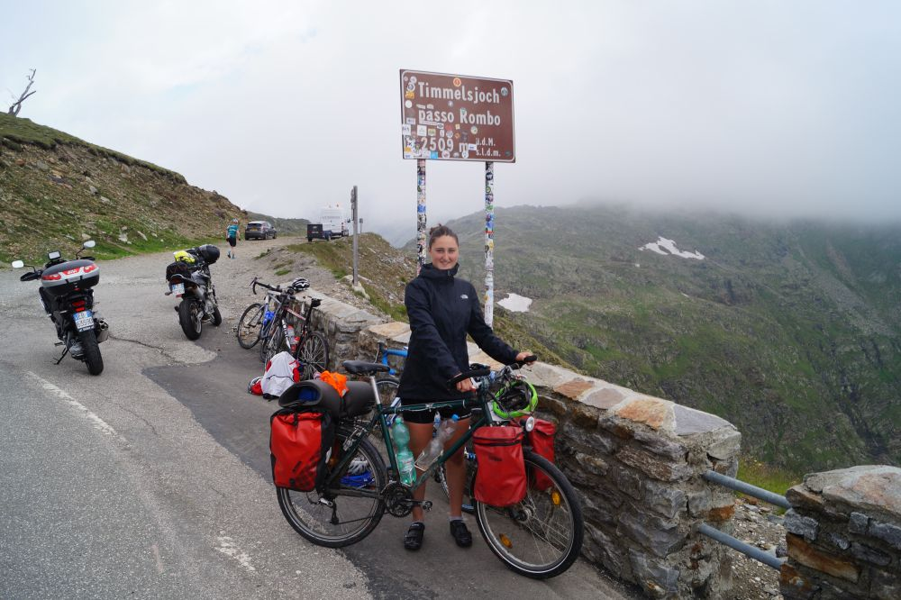 Svea Venus mit Fahrrad auf der Passhöhe des Timmelsjochs