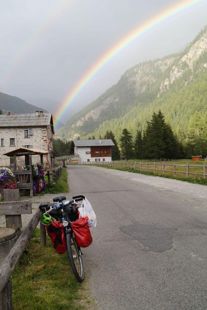 Fahrrad auf Bergstraße und Regenbogen
