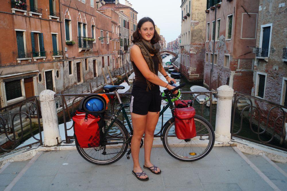 Svea Venus mit Fahrrad auf kleiner Brücke in Venedig